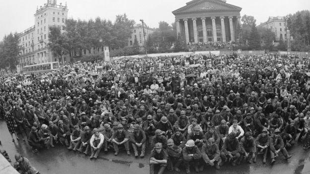 Бастующие шахтеры на центральной площади Кемерова, 1989 год