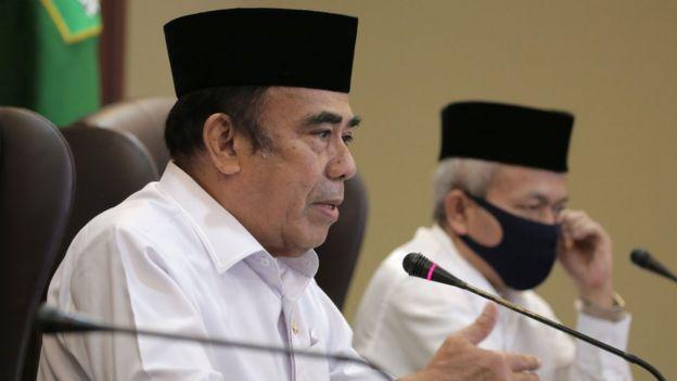 Menteri Agama Fachrul Razi (kiri) didampingi Dirjen PHU Nizar Ali menyampaikan keterangan pers secara daring tentang Penyelenggaraan Ibadah Haji 1441 H di Jakarta, Selasa (02/06).