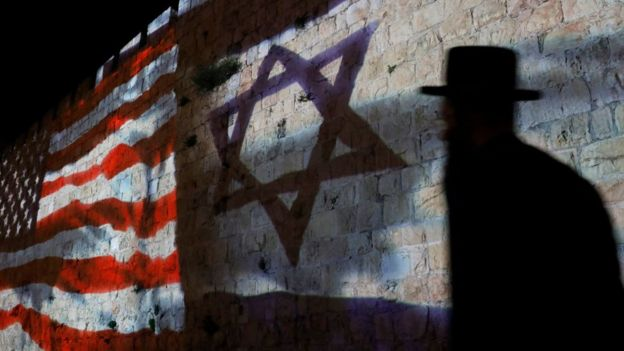 Banderas de EE.UU. e Israel en un Jerusalén