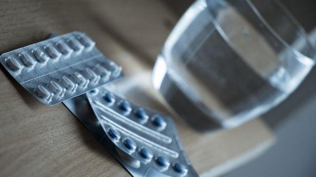 Medicamentos con vaso de agua