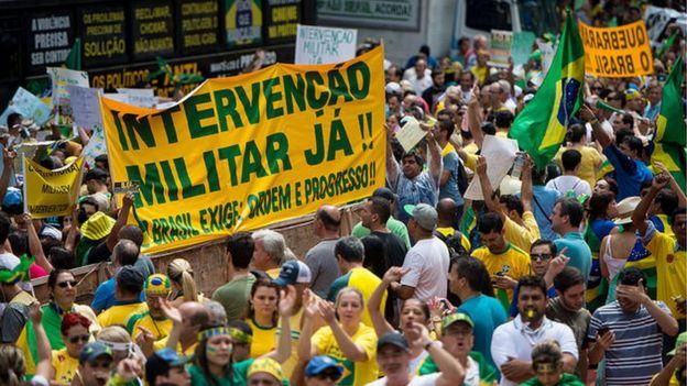 Manifestantes realizam ato contra a corrupção e contra o governo na Avenida Paulista em março de 2015