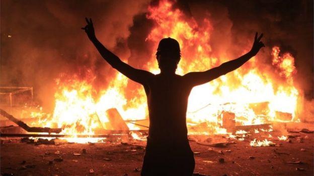 Silhouette d'un manifestant devant les flammes à Karbala, Irak (28/10/19)