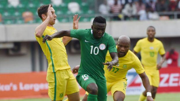 Le Nigérian Oghenekaro Etebo en duel avec la défense Sud-africaine