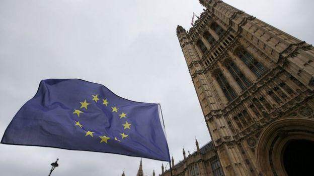 Bandera de la Unión Europea flameando cerca a Westminster