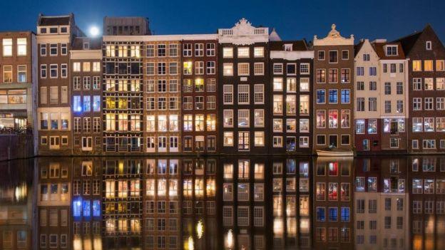 بيوت تقليدية ذات نوافذ واسعة في هولندا
