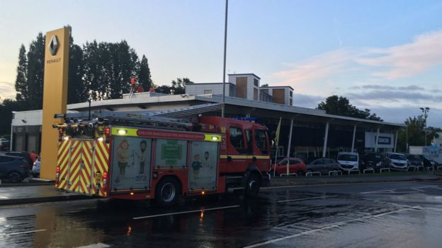 Stockport fire: Crews tackle car showroom blaze - BBC News