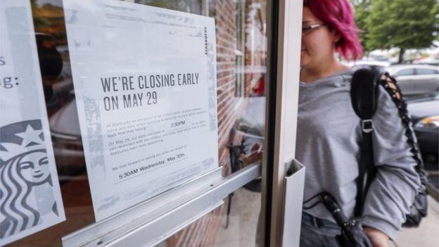 Con carteles en las puertas, los clientes fueron informados sobre el cierre de las cafeterías durante cuatro horas.