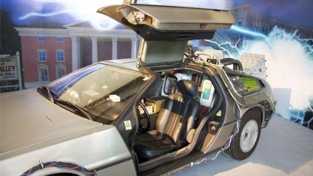 Un Delorean de la película Volver al Futuro se expone en el Museo del Automóvil de Santa Cruz.
