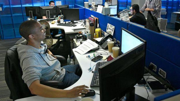 Homem trabalha em escritório