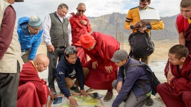 Sonam Wangchuk e outras pessoas em torno de projeto de stupa de gelo