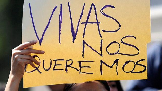 """Manifestante con letrero: """"vivas nos queremos""""."""