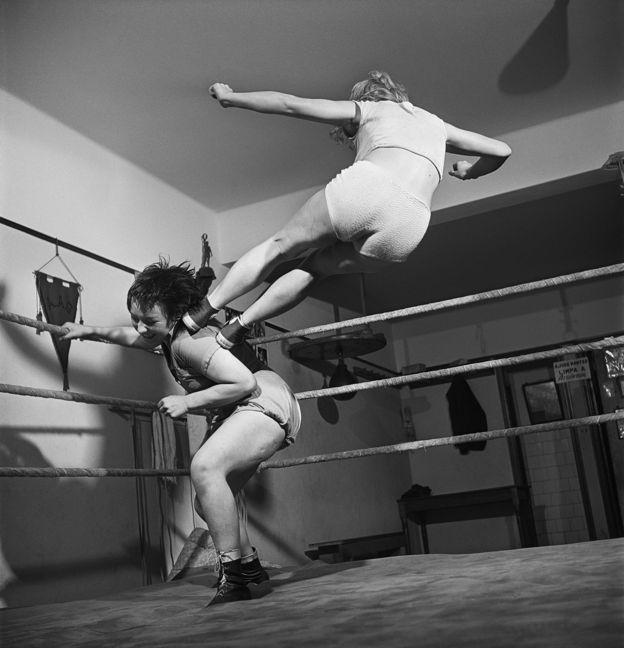 """Lutadoras de luta livre, São Paulo, 1950. Foto para a reportagem """"As belas viram feras"""", O Cruzeiro, ano xxii, n. 50, 30.09.1950"""