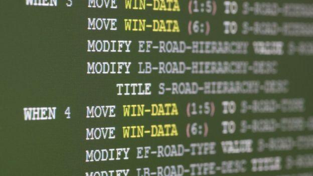 Pantalla con lenguaje de programación COBOL