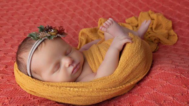 A bebê recém-nascida Indy Pearl em ensaio newborn