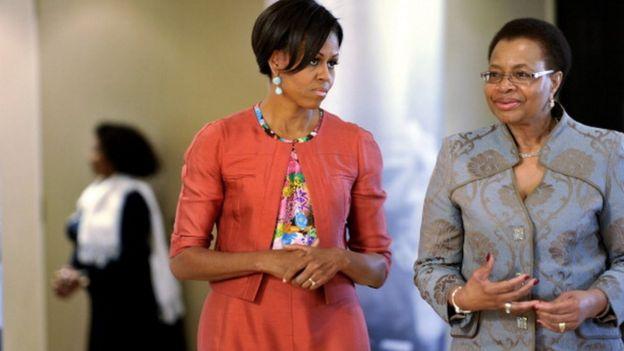 Michelle Obama et Graça Machelle, l'épouse de Nelson Mandela, lors de la visite officielle de la Première Dame des Etats-Unis en Afrique du Sud, en 2011
