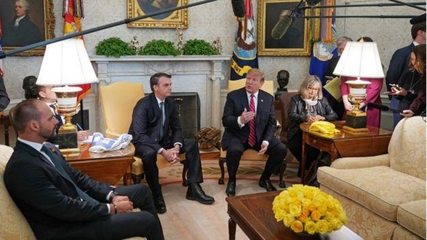 Eduardo Bolsonaro e Jair Bolsonaro em visita a Donald Trump