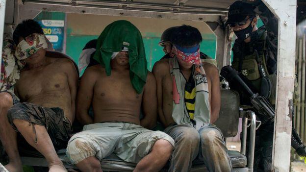 Filipinlerin güney adalarından Mindanao'da Marawi yakınlarındaki bir köyde IŞİD mensubu olduğundan kuşkulanılan kişiler polis aracında