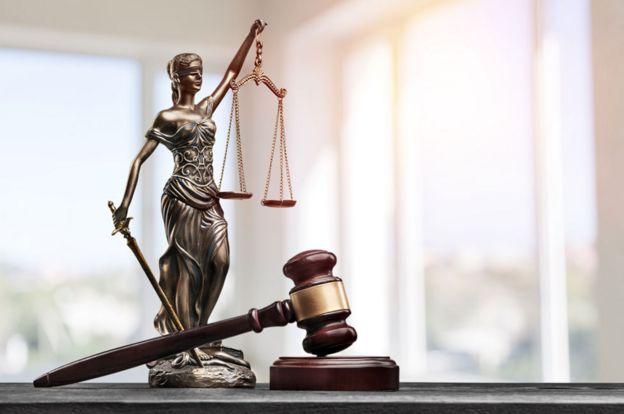 Una estatuillas de la justicia y un martillo de juez