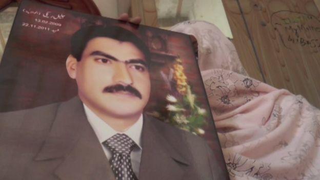 Jalil Reki's mother (front, holding Reki's photo)