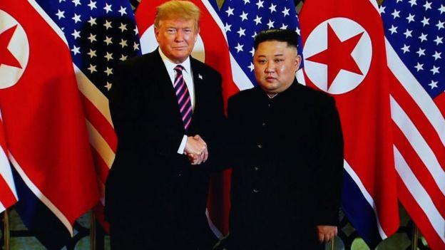 Photo du président américain Donald Trump et du dirigeant nord-coréen Kim Jong-un lors de leur réunion à Hanoï en 2019