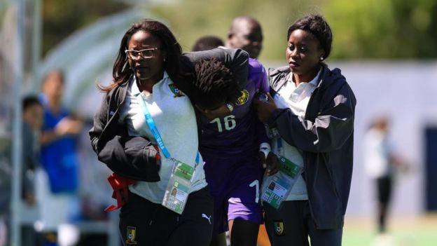 La gardienne camerounaise Christemilie Onomo pleure après avoir reçu un carton rouge, lors d'un match de la Coupe du monde féminine des moins de 17 ans, contre les Eetats-Unis, le 14 novembre 2018, en Uruguay.