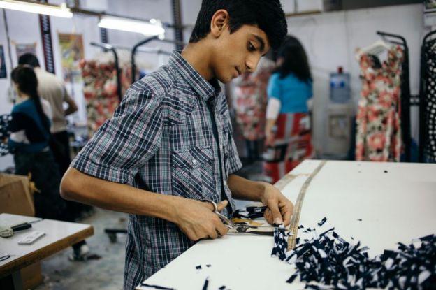 İstanbul'da bir tekstil atölyesinde çalışan bir çocuk