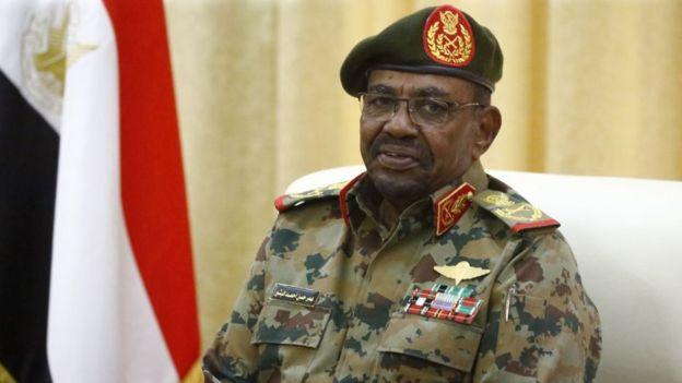 C'est lors de rassemblements publics, souvent vêtus de son uniforme militaire, que Omar el-Béchir semble dans son élément - agitant sa canne en l'air.