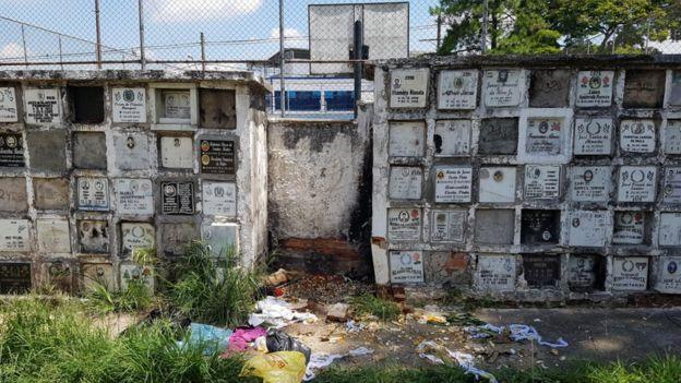 Ossários no cemitério Vila Nova Cachoeirinha