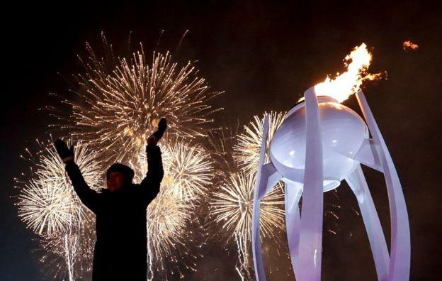 Antorcha olímpica encendida durante la ceremonia de inauguración de PyeongChang 2018 en la ciudad surcoreana del mismo nombre el 9 de febrero.
