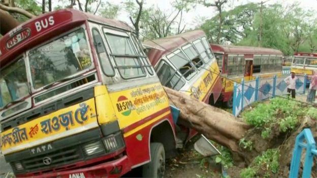 Destrozos en vehículos de Calcuta tras el paso del ciclón.