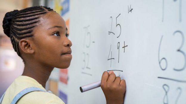 Jovem fazendo exercício de matemática