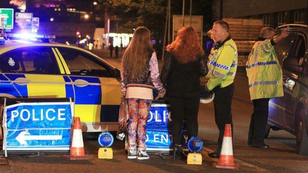 Policía en las inmediaciones del Manchester Arena