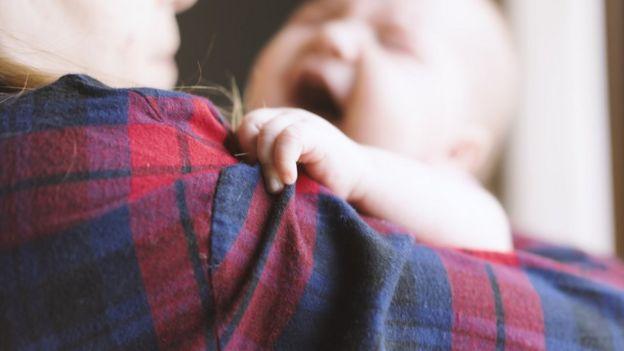 Madre con bebé en brazos