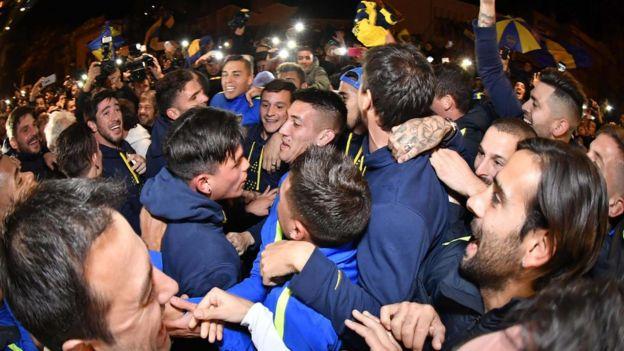 Jugadores y aficionados de Boca Juniors