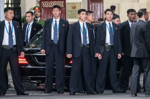 Nhóm cận vệ vây quanh chiếc xe của lãnh đạo Kim Jong-un