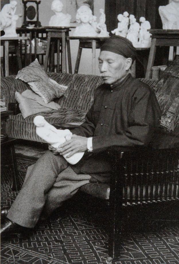 Bức ảnh chụp ở xưởng vẽ năm 1935, thấp thoáng nhiều tác phẩm điêu khắc khác, một bức khá giống 'Người suy tư' của Rodin.