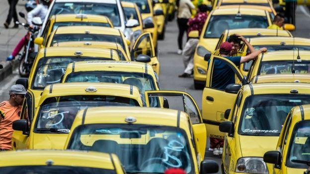 Taxis protestan en Colombia