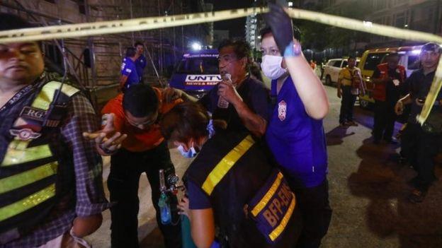 Un herido es atendido tras el ataque en casino de Manila