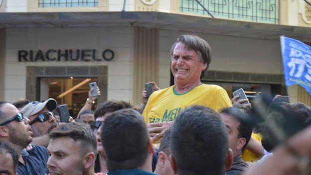 Bolsonaro no momento em que levou facada durante evento eleitoral em Juiz de Fora
