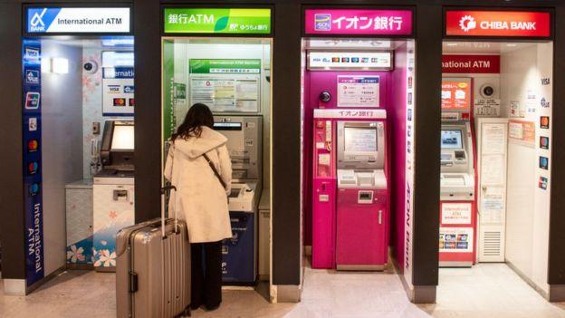 Mujer sacando dinero en un cajero automático