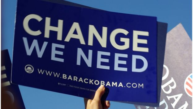 Un simpatizante sostiene un cartel en apoyo a Obama.