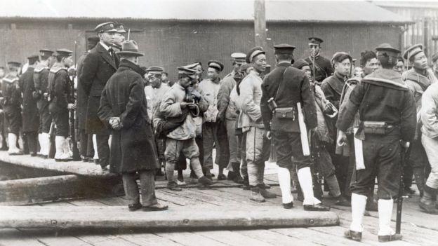 Tropas japonesas com prisioneiros chineses na China