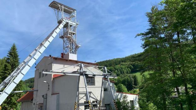 Trục mỏ Svornost, mỏ khai thác liên tục lâu đời nhất ở châu Âu, vẫn nhô cao trên thị trấn Jáchymov.Stein)