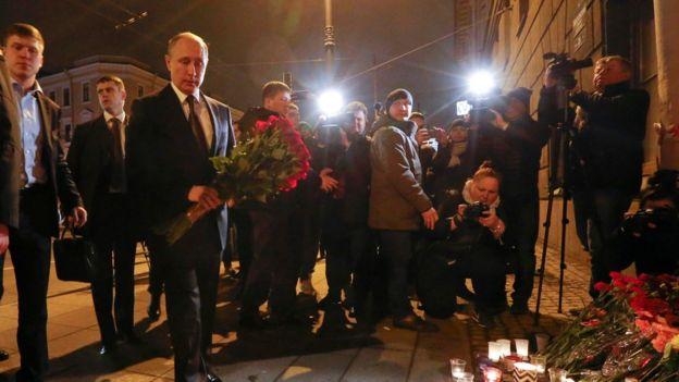Putin lleva un ramo de flores a la estación del metro Tekhnologichesky Institut