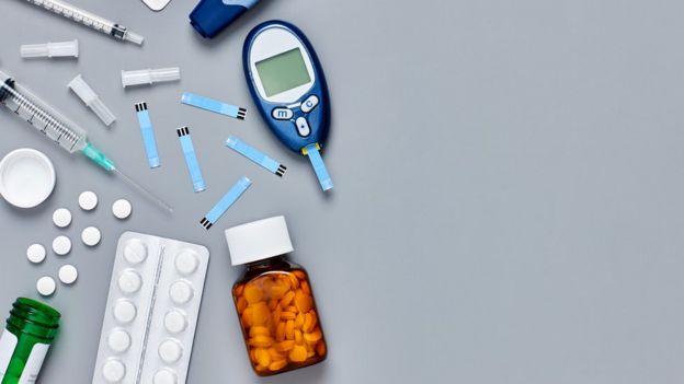 Objetos que remetem ao cuidado da diabetes, como pílulas, injeções e medidor de glicose