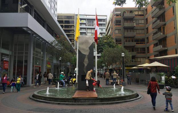 Monumento dedicado a las víctimas del atentado de la calle Tarata de Miraflores, también conocido como atentado de Tarata, ocurrido en 1992 en el centro de Lima, la capital de Perú. (Foto: Jess Lumsdaine)