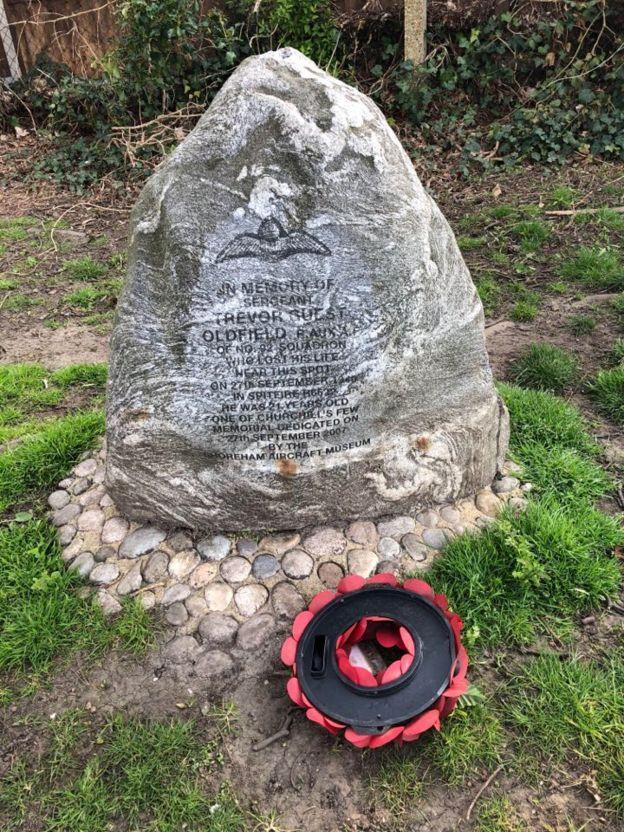 Memorial stone từ Thế chiến 2 tưởng niệm phi công Trevor Oldfield