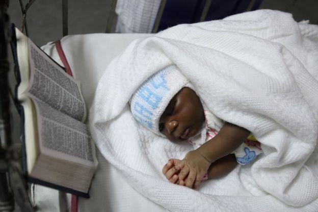 Una niña duerme en un hospital de Lagos al lado de una Bíblia.