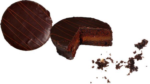 Torta de chocolate entera, sin un tercio y plato con sólo moronas