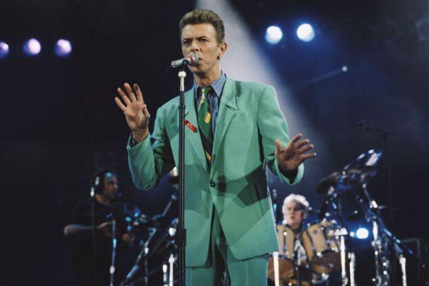David Bowie cantando en el concierto en homenaje a Freddie Mercury en 1992